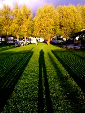 nzl-2003-10-22-08-15-0211-lange-schatten-am-campground-sh